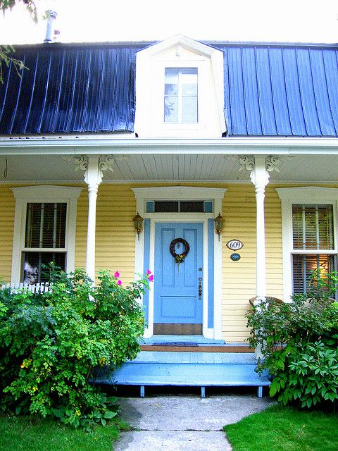 Best Maison Jaune Avec Porte Bleue Exterior House Colors Exterior Paint Colors For House Cottage 400 x 300