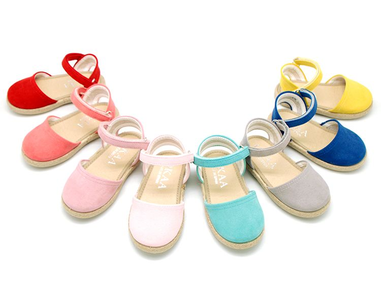 Tienda online de calzado infantil Okaaspain. Alpargatas de lona suave con velcro para niñas. Diseño y Calidad al mejor precio hecho en España. Envíos en 24,48 horas laborables gratis.