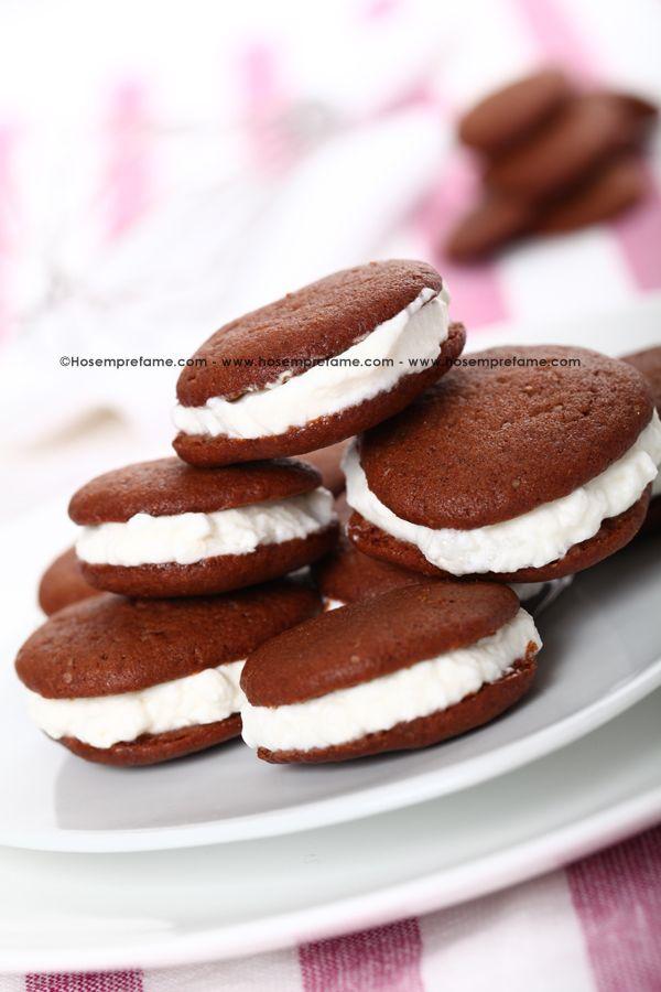WHOOPIE PIES.  Gli Whoopie Pies sono dei biscottini molto conosciuti e apprezzati provenienti direttamente dagli USA #whoopie  #pies #biscotti #cioccolato