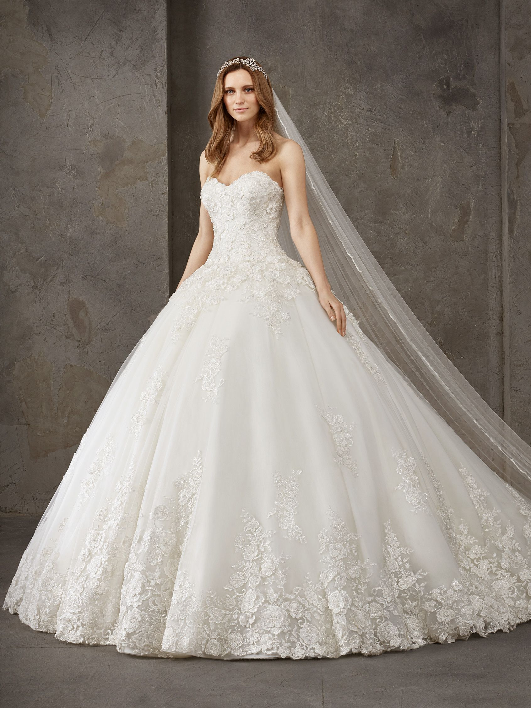 3174a2f50930d Nil is a wonderful princess wedding dress with a lot of volume that  contrasts with an elegant and sensual sweetheart neckline.   Pronovias