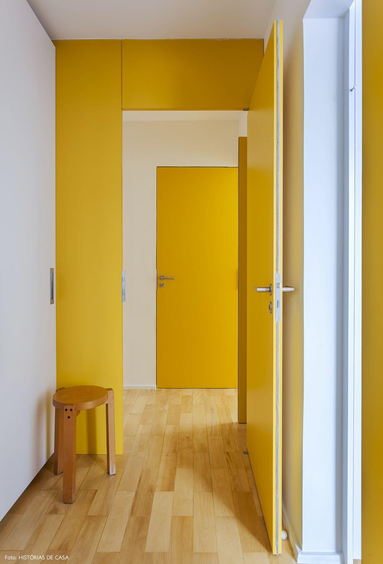 Casa pintada com amarelo ouro