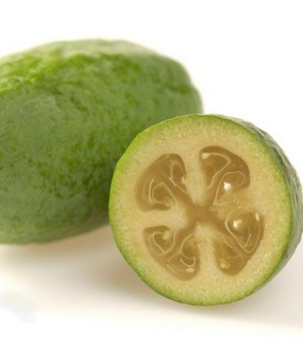 cette goyave ananas ou feijoa a la forme d 39 un kiwi vert et sans poil et son go t rappelle comme. Black Bedroom Furniture Sets. Home Design Ideas
