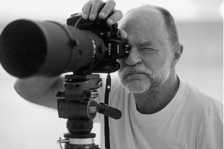 ©DR / Hans Feurer is a photographer from Switzerland (b 1939) who has entered the realm of legendary photographers. He is the founder of the Pirelli calendar & has worked with  magazines like Vogue, Another, & GQ Syle, immortalizing the model Iman in a Kenzo ad campaign in 1983. Feurer's style is easily recognizable: Outdoor shoots, long lenses, grainy film aspect, blurred background, sharp on the model (bokeh effect), sunrise or sunset light & often with the introduction of back light…