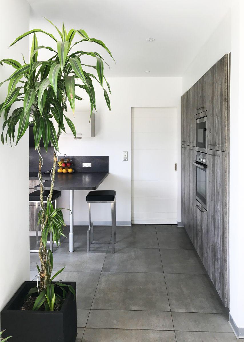 Cuisine équipée schmidt, sol carrelage gris, mur blanc ...