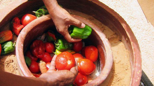 完全非電化冷蔵庫。アフリカにもありました。水と砂と植木鉢だけでできる。気化熱を利用してるので外が暑いほど冷えるという不思議。Zeer Pot とか Pot-in-pot Coolerとかで検索すると作り方など乗ってます。〜〜〜How To Make an Electricity-Free Refrigerator