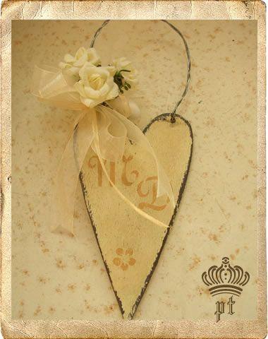 - cuori in legno con iniziali decorate -  handmade with passion  by  www.ateliershabbychic.it