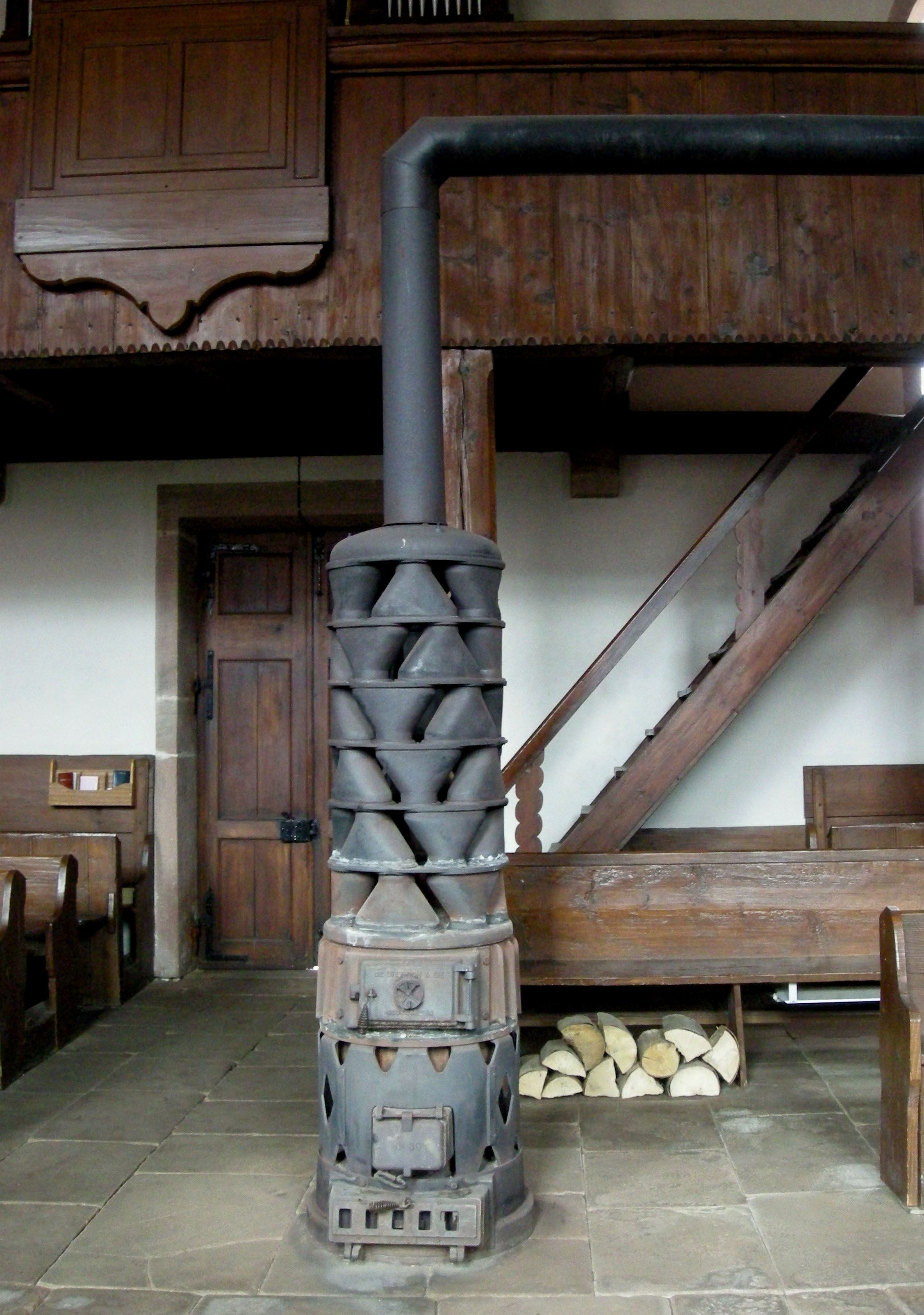 Alsatian stove with large exhaust gas heat exchanger in Fouday church & poele a bois scandinave fonctionne ouvert - Google Search | All ...