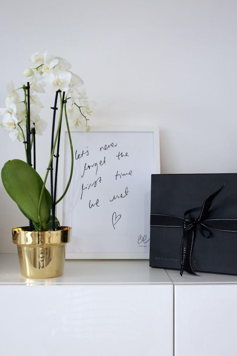 Homevialaura | Living room | BEdesign poster | Skultuna Flower Pot in brass | Net-A-Porter box