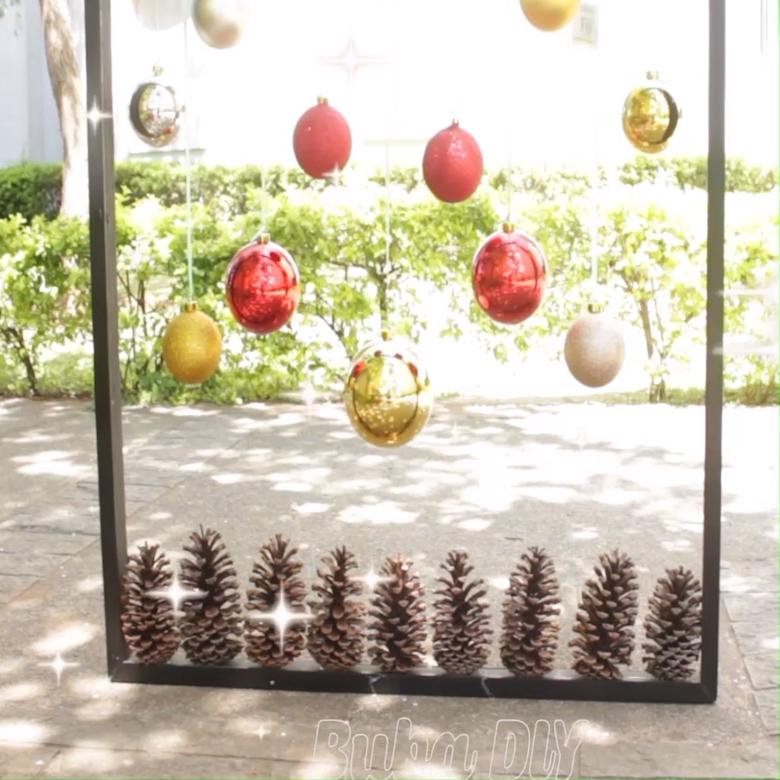 Decoração usando um quadro sem fundo, decorado com bolinhas e pinheiros, temos mais ideias criativas para te ajudar nesse natal, siga @bubadiy.