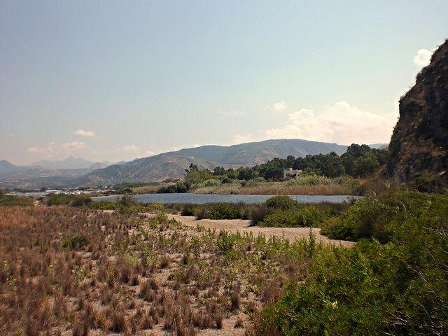 Oliveri (ME) - Uno dei laghetti salati che cambiano costantemente forma numero e dimensioni, da un lato lunghissime spiagge affacciate sul Tirreno e dall'altro i Monti Nebrodi | da Lorenzo Sturiale