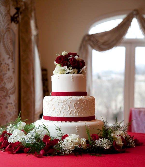 Wedding Flowers December: Beautiful December Wedding Cake!