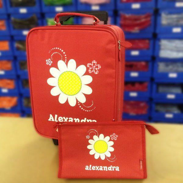 Les vacances approchent !  La valise à roulettes enfant personnalisée rouge avec motif à fleurs et prénom de votre enfant et la trousse de toilette personnalisée rouge avec motif à fleurs et le prénom de votre enfant, le parfait kit du petit voyageur en herbe. Idéal pour les vacances d'été ainsi que pour les sports d'hiver.