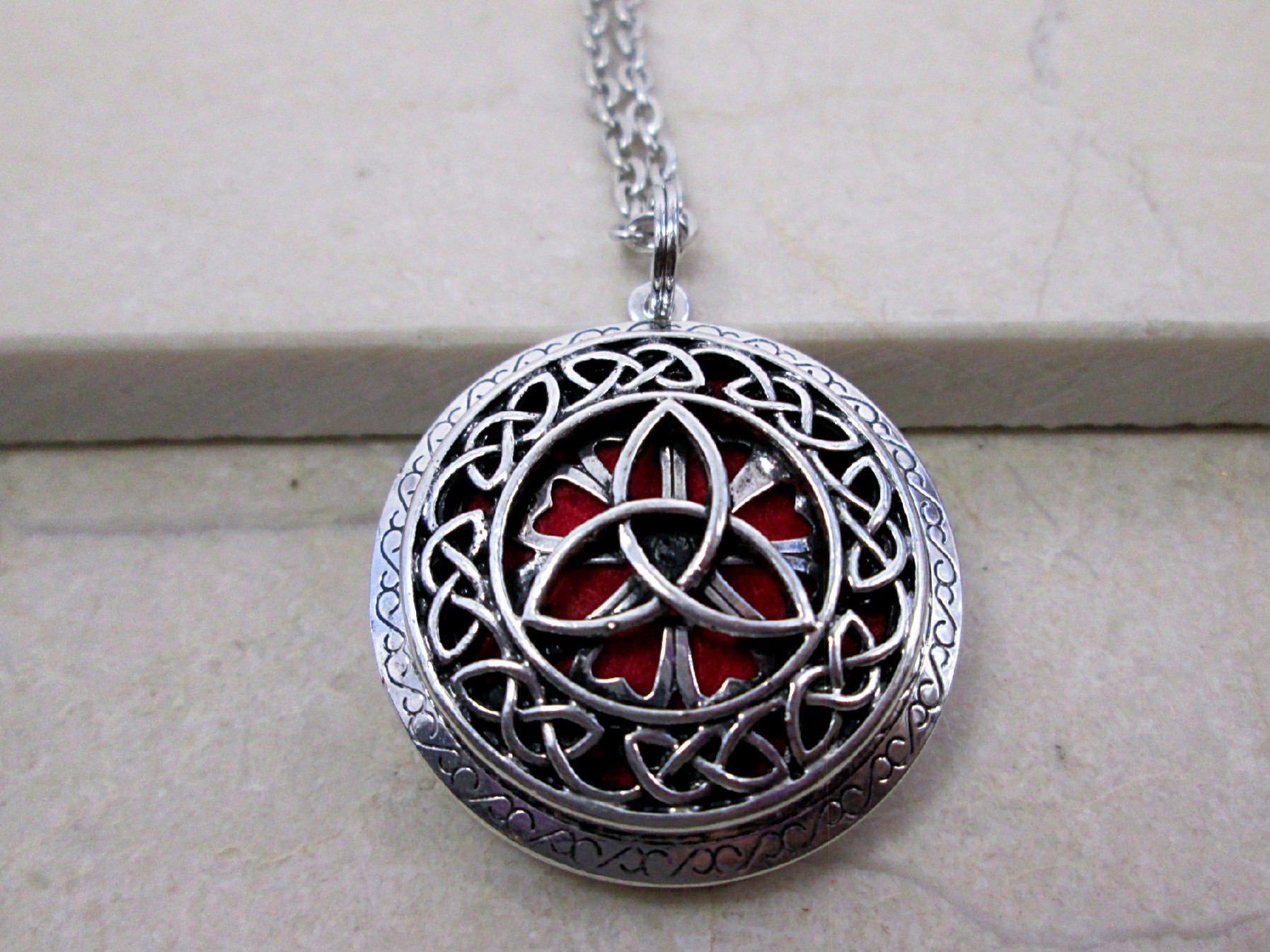 Photo of Trinity Knot Aromatherapie Halskette Triquetra Halskette Celtic Jewelry Diffusor Halskette Austauschbare ätherische Öl Diffusor Halskette Geschenk