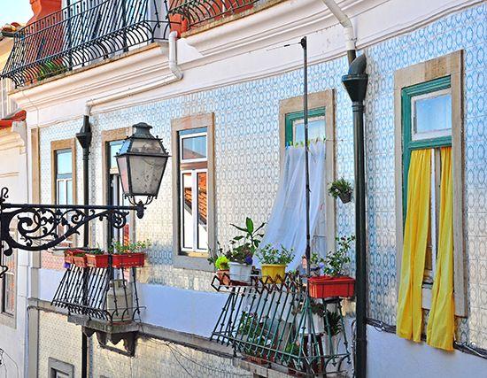 Lisbona è la citta dei colori degli azulejos, del suono del fado e dei pastéis de nata.