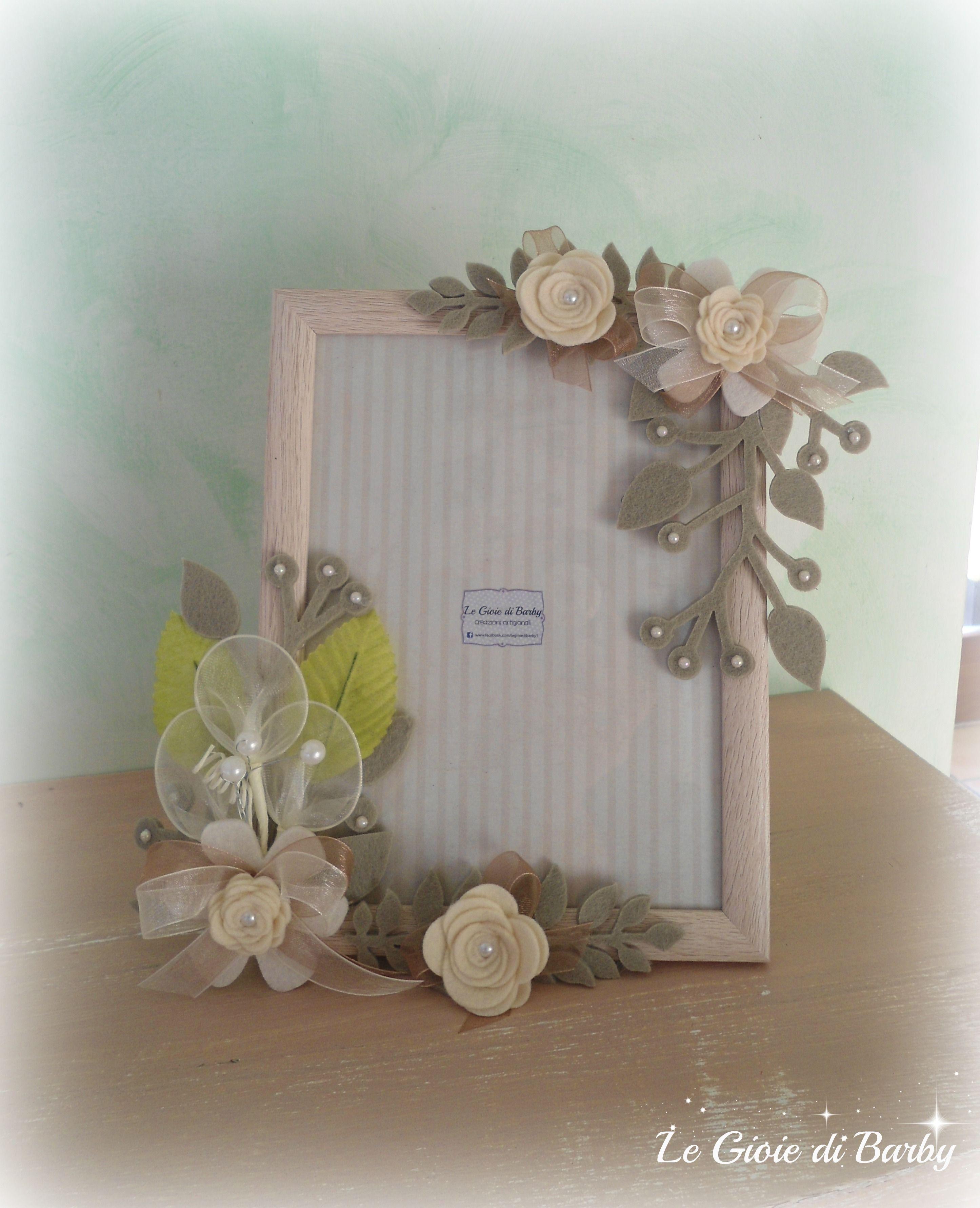 Cornice in legno color sabbia decorata con rametti e