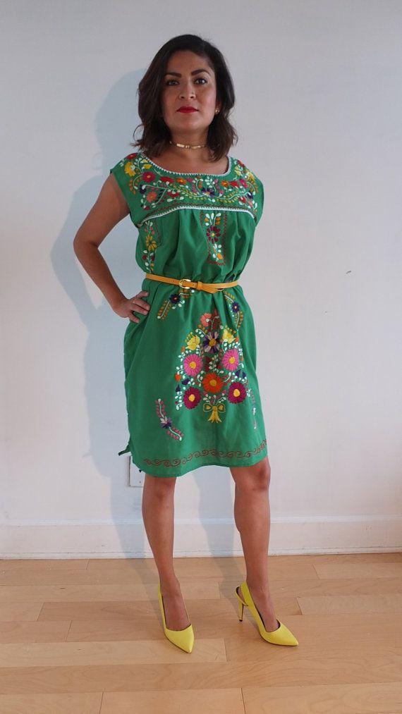 0100e2914 Vestido mexicano bordado de 100% hecho a mano por RosaMejicano ...