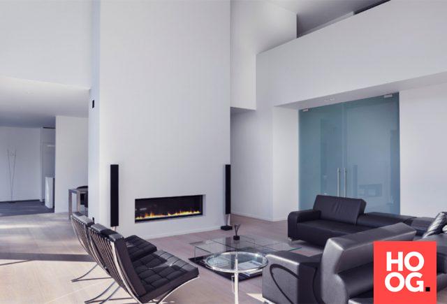 Luxe woonkamer met design meubels bij open haard | Moderne villa in ...