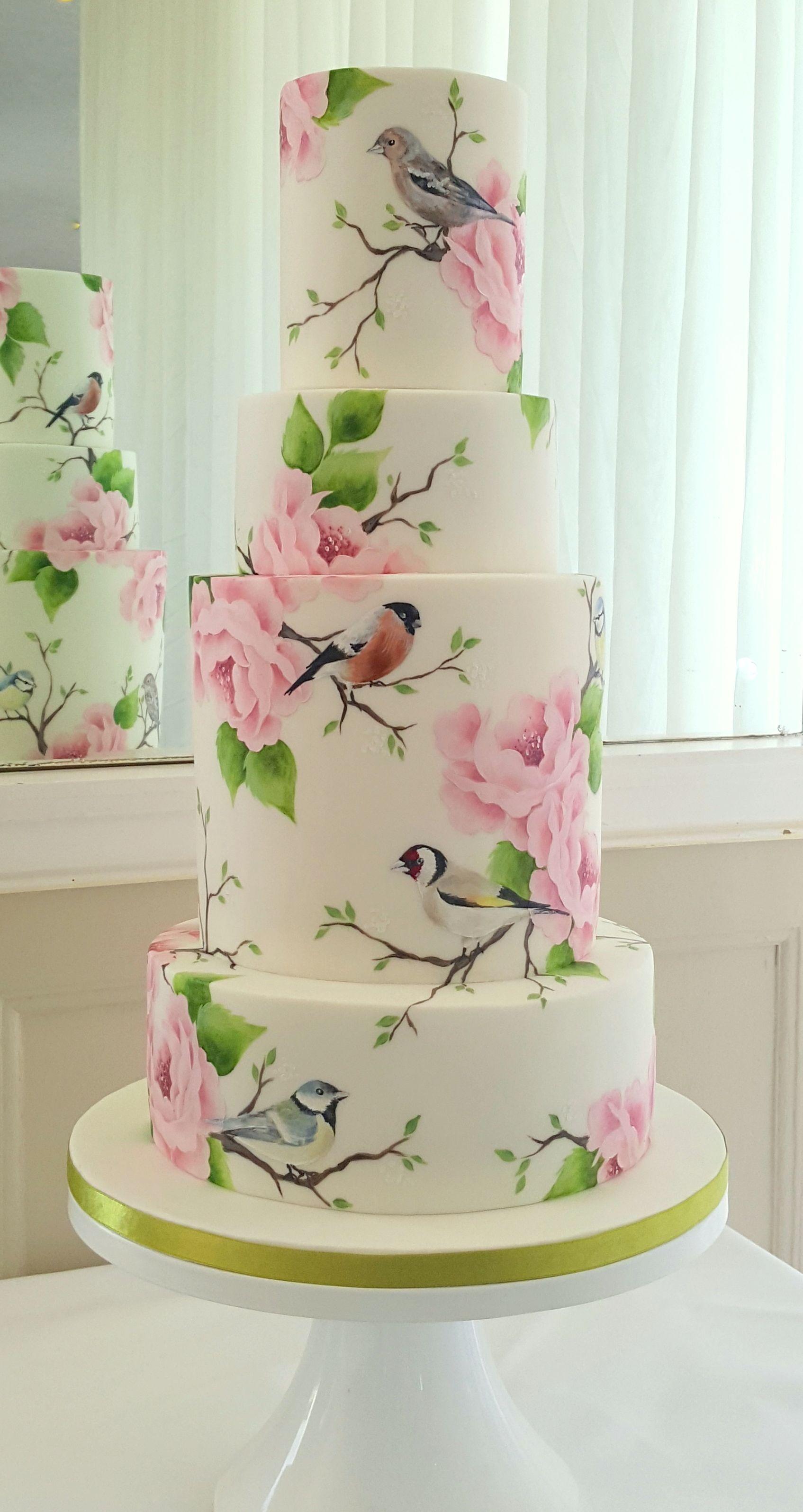 Handgemalte Hochzeitstorte mit Illustrationen britischer Gartenvögel. hoch …   – Moms 65th