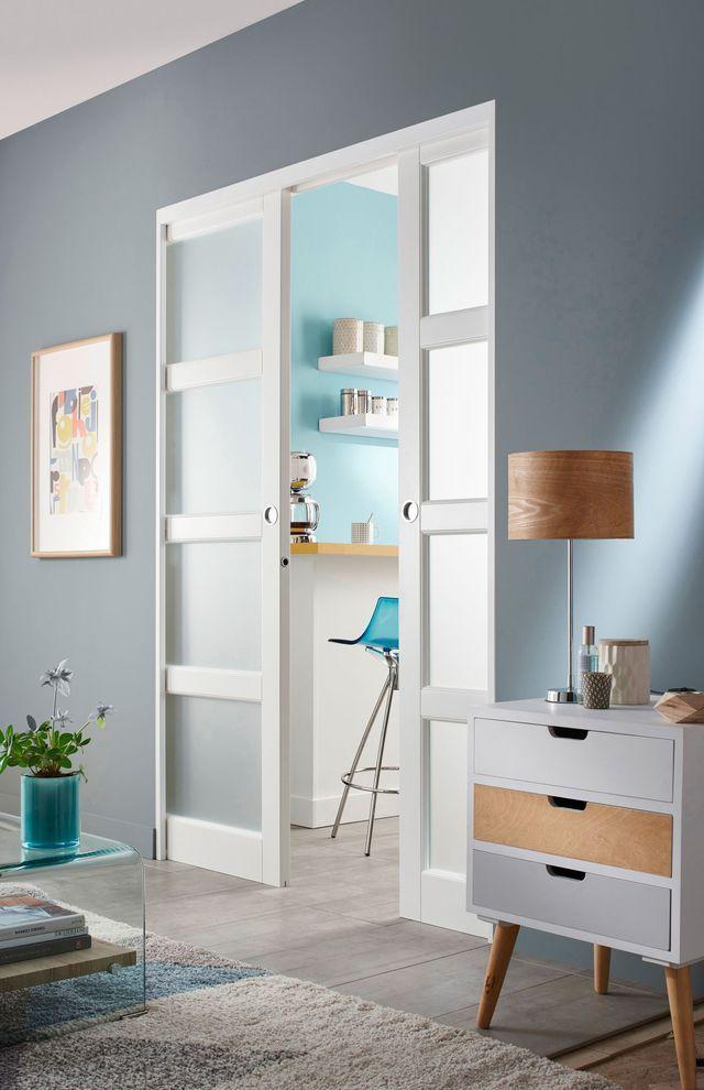 Porte à galandage  des portes coulissantes belles et pratiques - construire un placard mural avec portes coulissantes