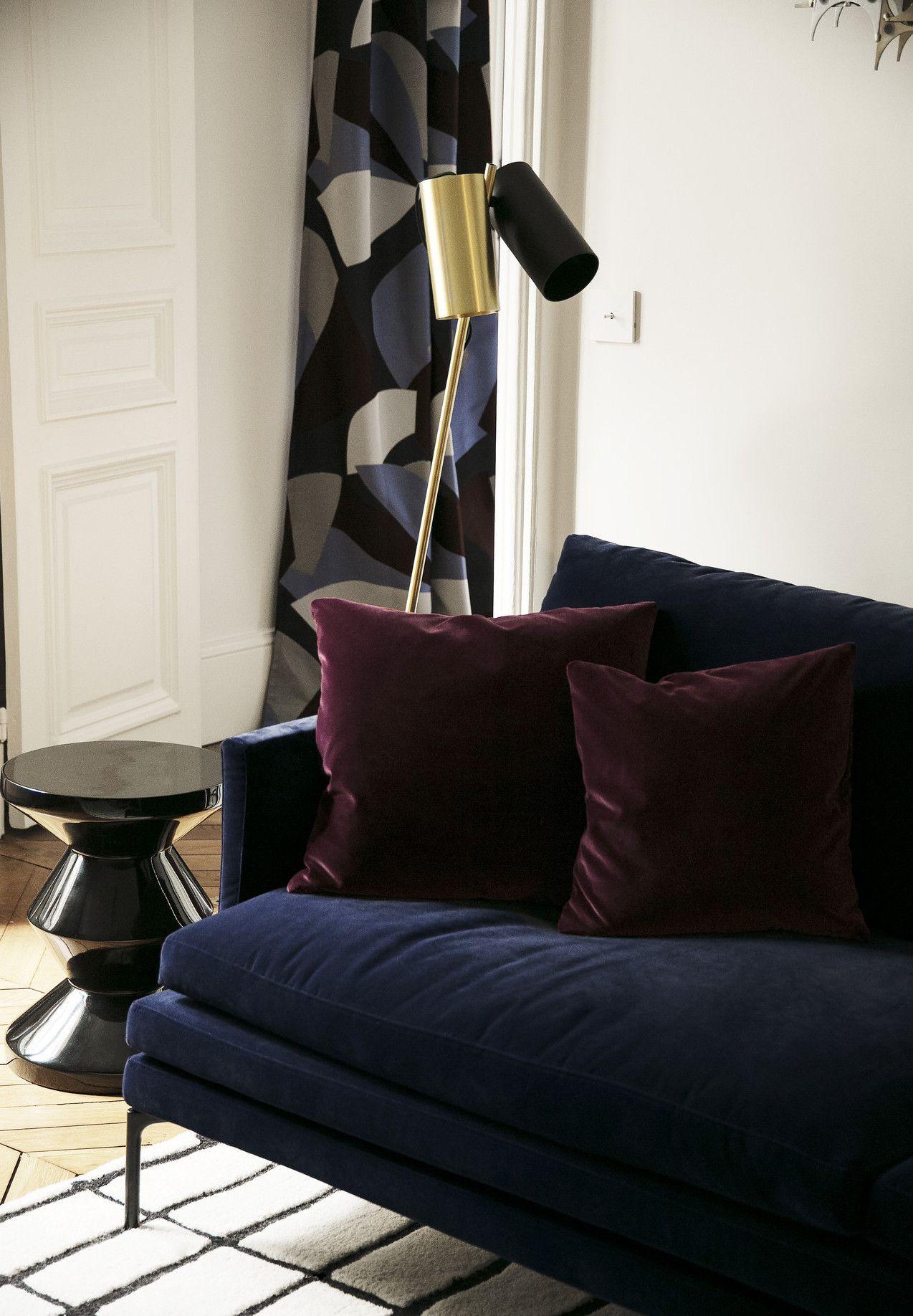 Un Canape Velours Bleu Nuit Dans Un Appartement Parisien Canape