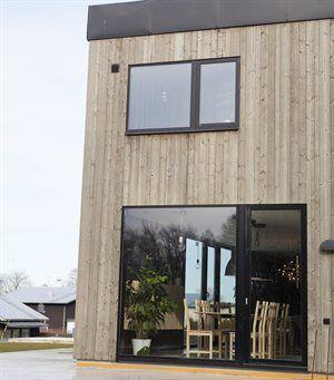 """""""Vårt hus på 220 m2 är lådlikt och har öppen planlösning. Några av våra vänner säger att det ser ut som en gympasal. Vi gillar att det ligger precis vid skogen och har havsutsikt."""""""