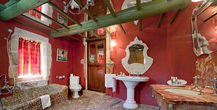 Des miroirs au plafond pour une salle de bains sans dessous-dessous - plafond salle de bain