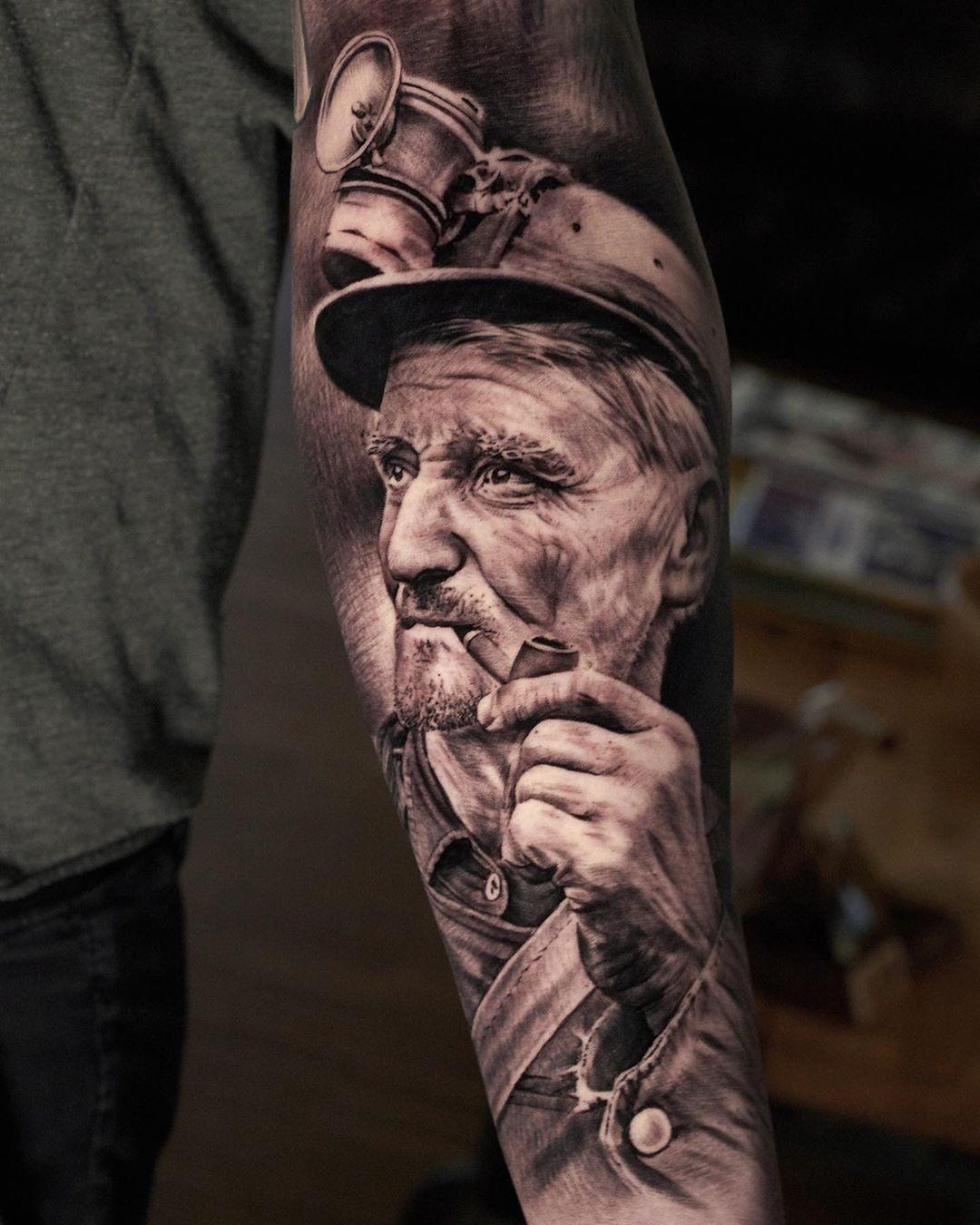 Auf Kohlen geboren, Glück auf Kumpel 🍀  Artist: @yaron_messelis_tattoo ・・・ #inkpplcom  #inkedmag  #blackandgreytattoo #realistictattoo #realisticink #tattoosocietymagazine #tattooartists #thebesttattoopage #tattoodo #silverbackink #cheyennetattooequipment #cheyenne #tattoosofinstagram  #theblackandgreytattooleague #silverbackinsta10shadegreywashseries #tattooworldwide #hustlebutterdeluxe #freshlyinkedmag