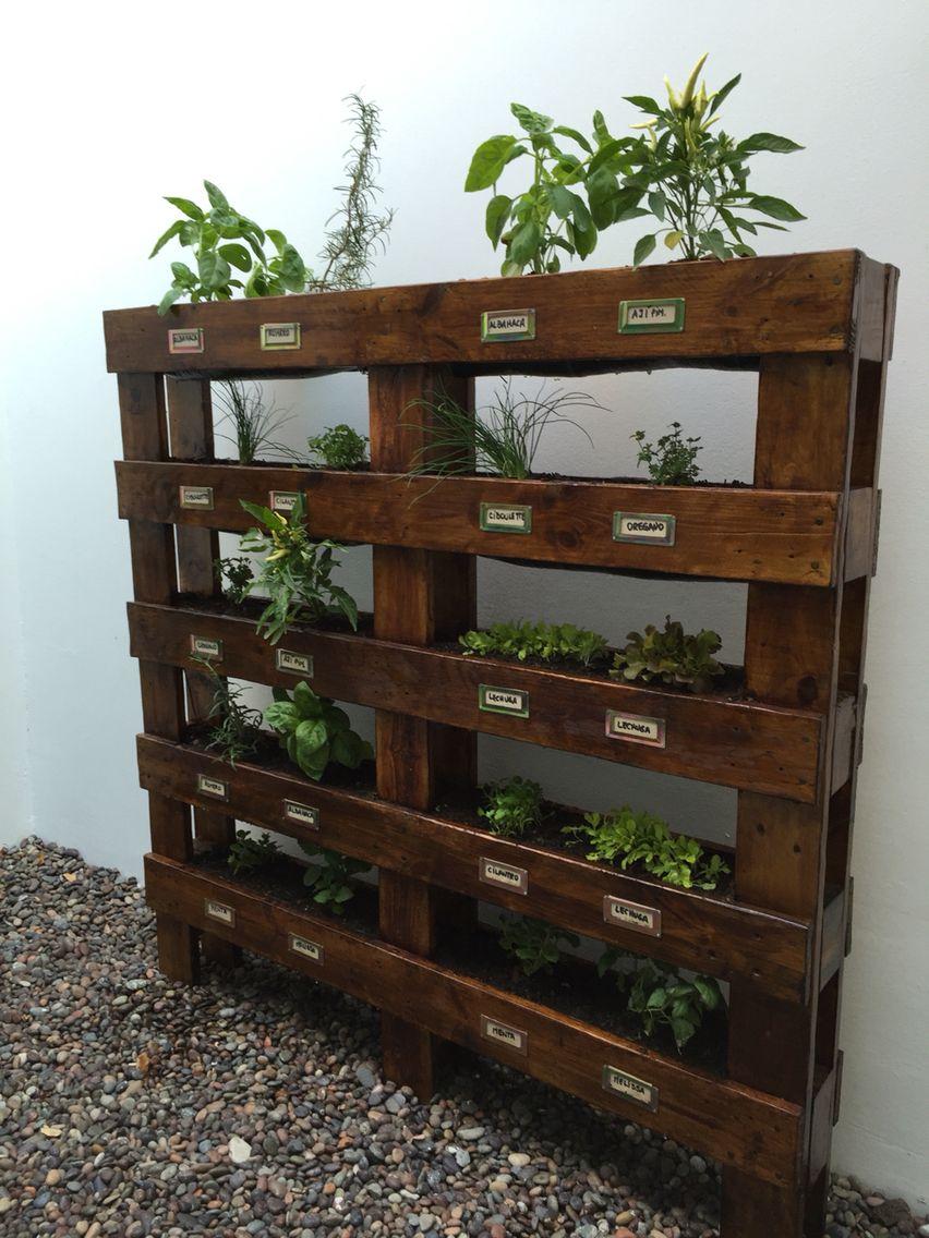 Huerto vertical hecho con maderas de pallet muebles con for Muebles jardin madera palet