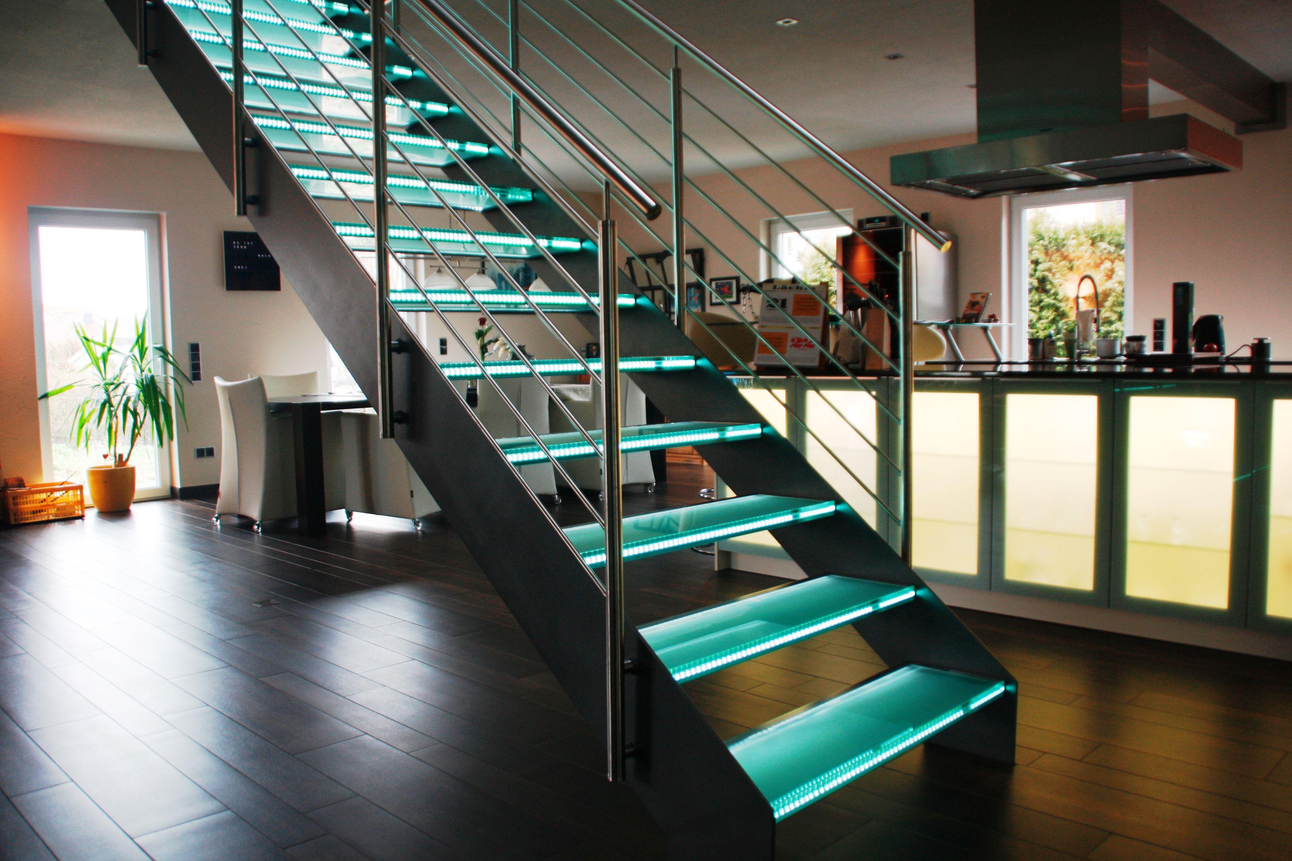 glastreppe n rnberg blechwangentreppe mit beleuchteten glasstufen und liegendem. Black Bedroom Furniture Sets. Home Design Ideas