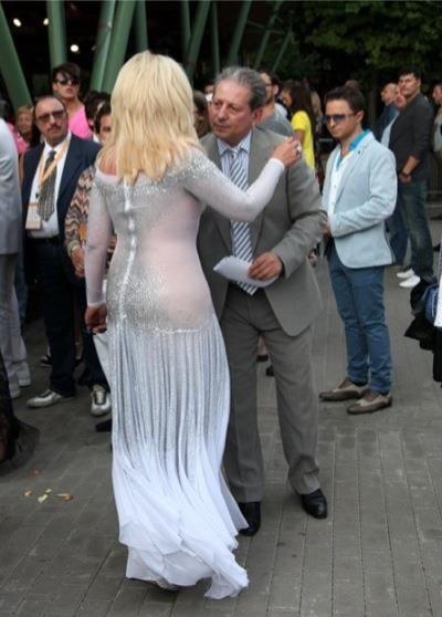 Жена без трусов в платье