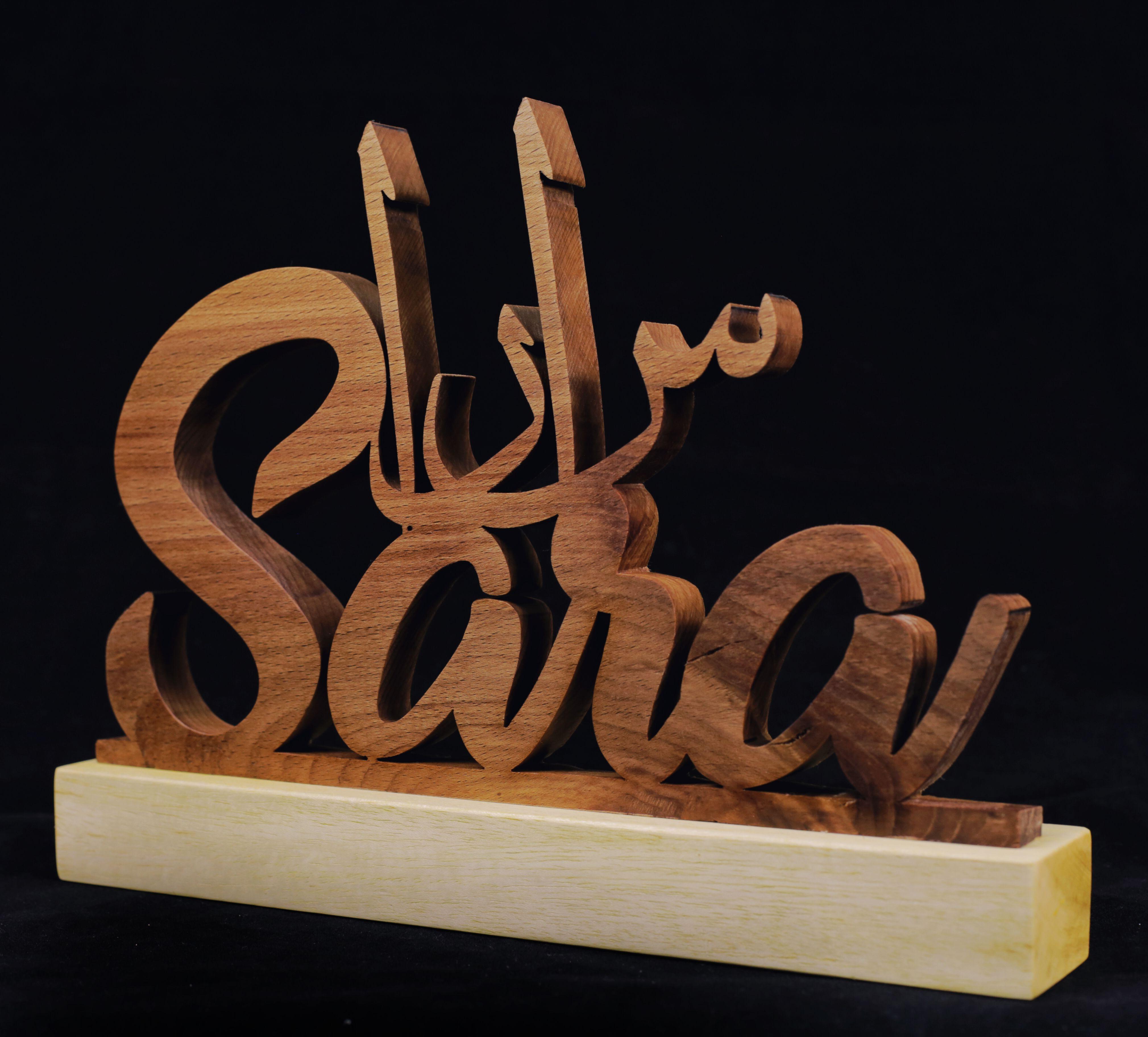 نحت اسم من خشب الزان و القاعدة من خشب الصنوبر Seni