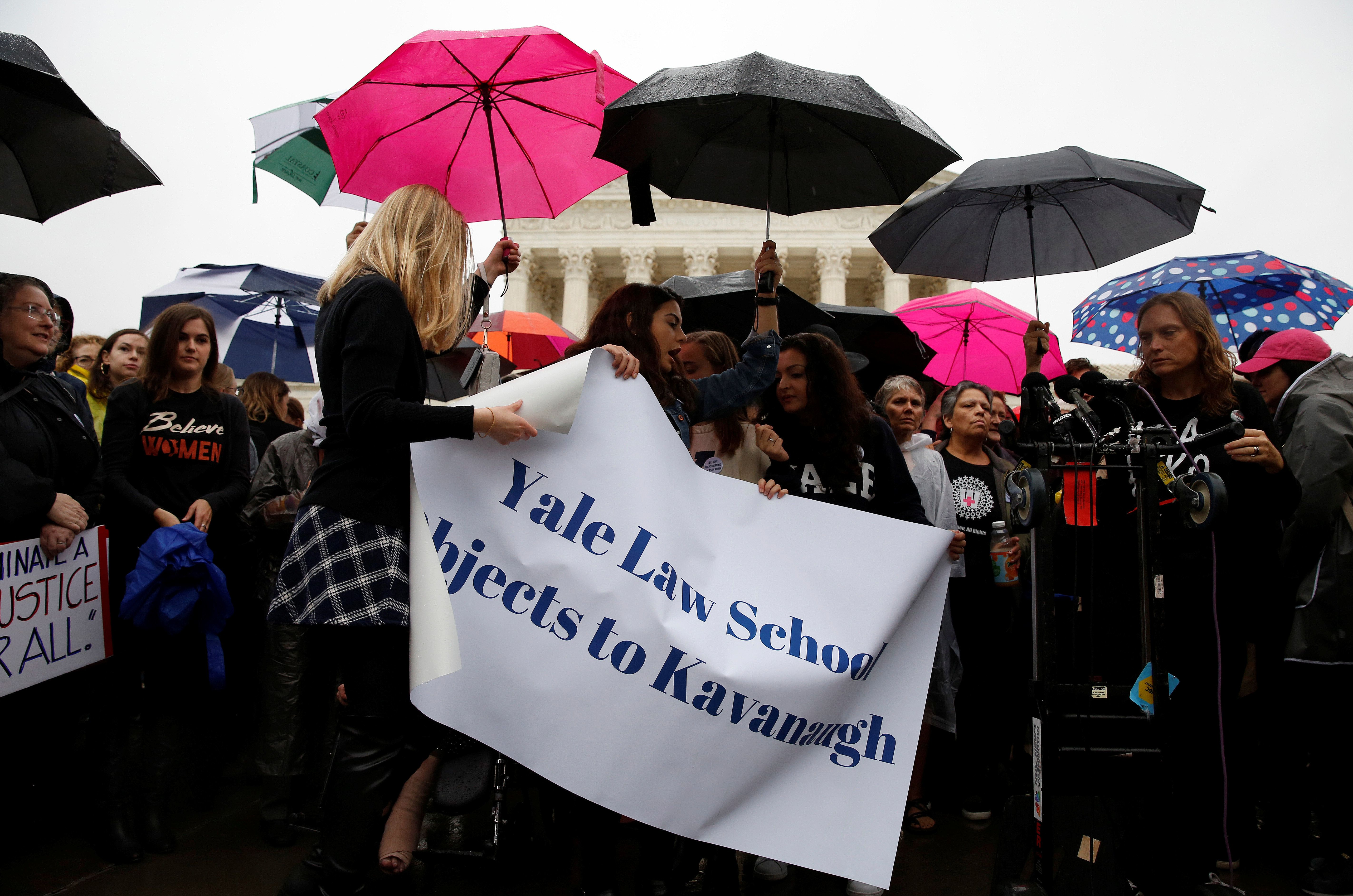 Hundreds Of Yale Students Protest Kavanaugh Demand Investigation Yep Student Protest Political Opinion Women