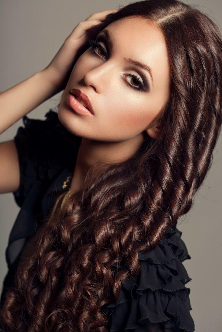 capelli-ondulati-acconciatura-boccoli-capelli-lunghi-trucco-toni ... 1105b98dad6f