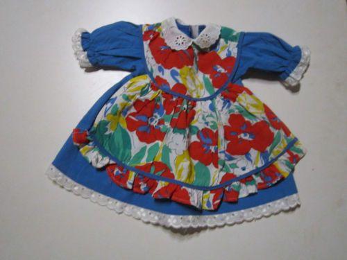 Schoene-aeltere-Puppenkleidung-Huebsches-blaues-Kleid-mit-Schuerze