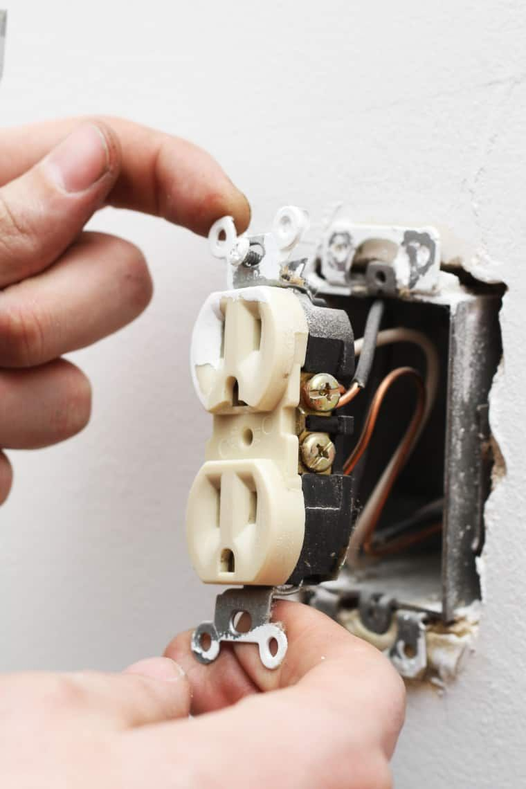 How to replace an electrical outlet with images