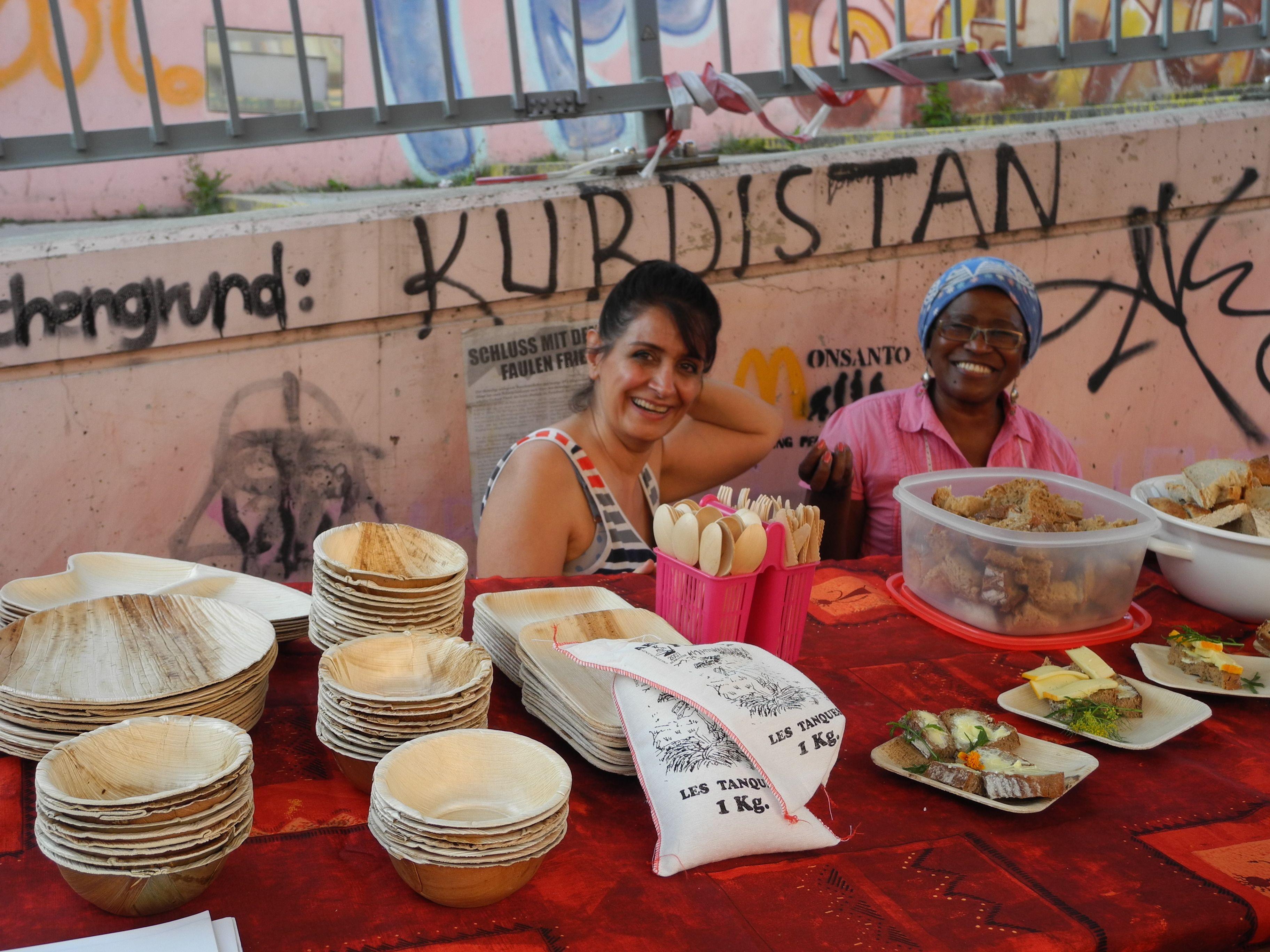 """""""Samstag in der Stadt"""". Proyecto sociocultural nacido de la I Biennale de Viena, Austria y desarrollado desde 2010 en la plaza y el mercado Schwendermarkt de Viena. Trata sobre soberanía alimentaria, la hortaliza común en la ciudad  y el derecho a una alimentación sana para todas las personas. Entre junio y octubre de este año se cocina en varios lugares de Viena. Todos los que quieren cocinan y comen juntos en un espacio público. Imágenes: Tamara Schwarzmayr y Nadia Prauhart"""