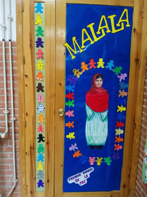 Puertas decoradas d a de la paz malala puertas del aula for Puertas decoradas dia del libro