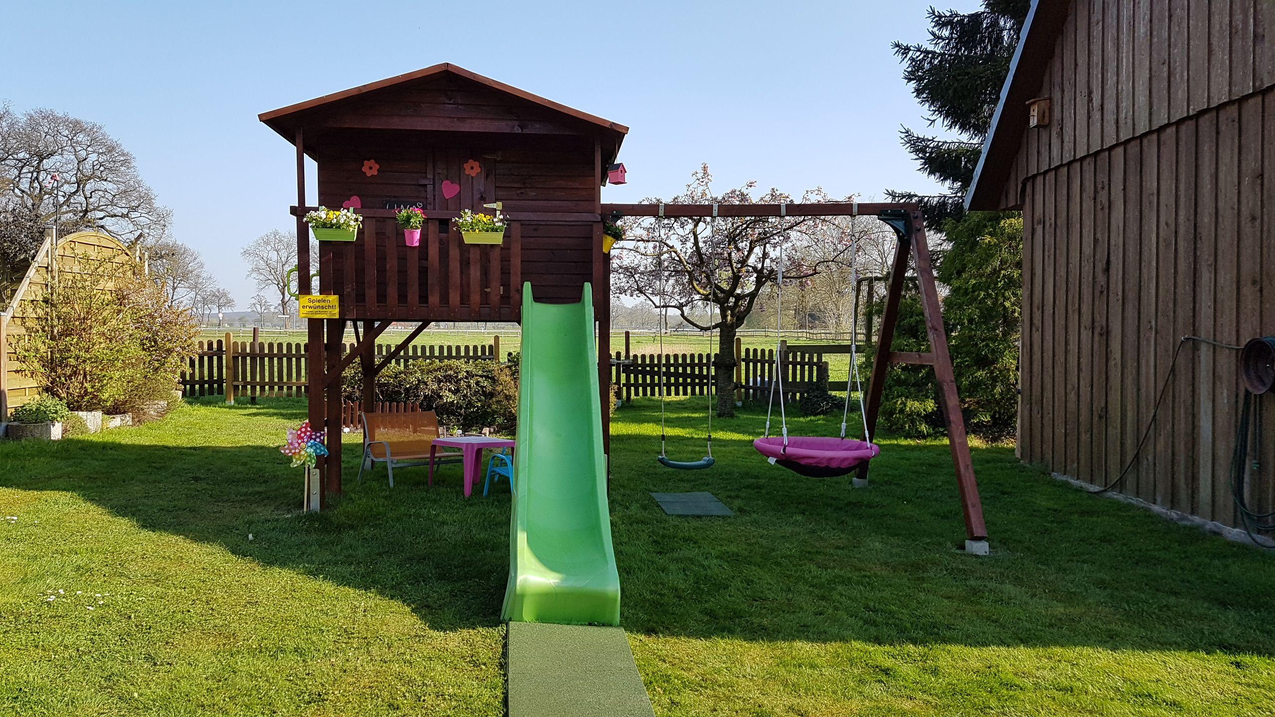 unser neues spielhaus im garten das stelzenhaus leonie von spiel im garten kinder spielen. Black Bedroom Furniture Sets. Home Design Ideas