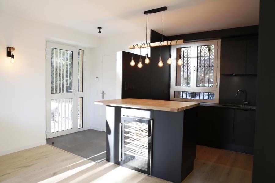 Cuisine total look noir et quelques touches de bois pour r veiller l 39 ambiance dans l 39 lot - Cuisine avec cave a vin ...