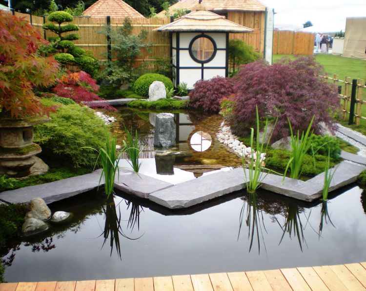 Moderner Stil Im Japanischen Garten Mit Großer Wasserfläche