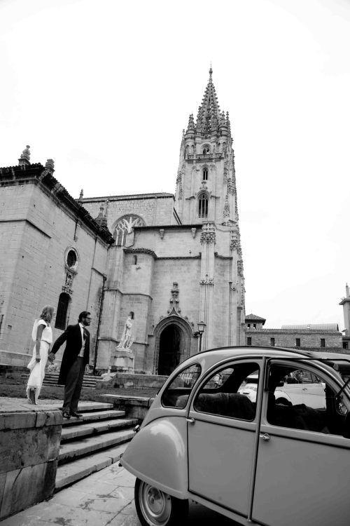 Recién casados en la puerta de la Iglesia