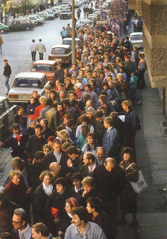 Berlin, Schlangestehen für 100 DM Begrüßungsgeld, 1989. | Berlin ...