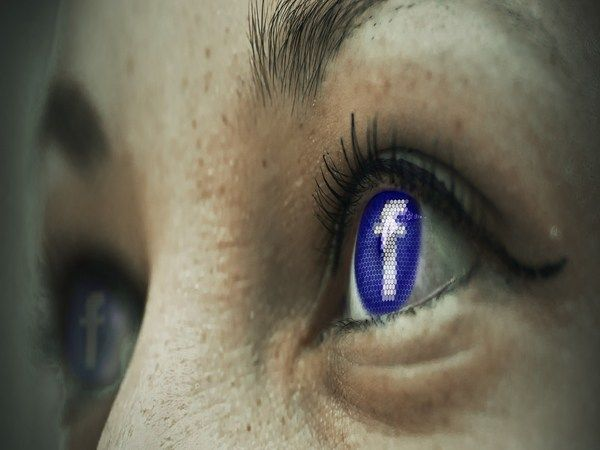 Warning: These 13 signs shows that you are a Facebook addict