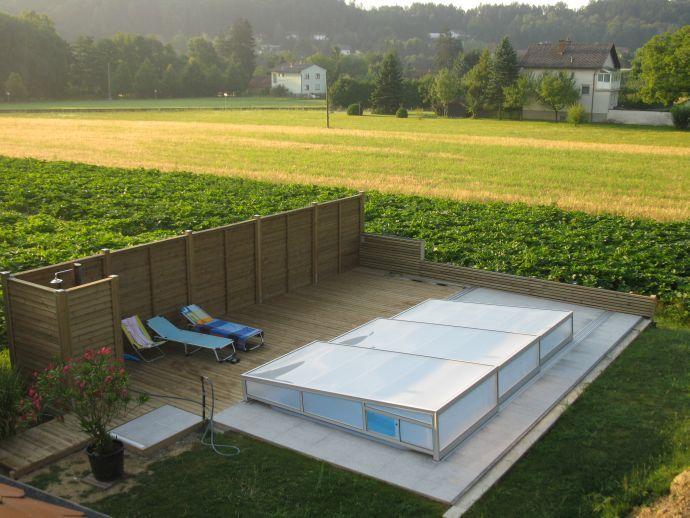Terrassenboden und Sichtschutzwand aus kesseldruckimprägniertem Holz