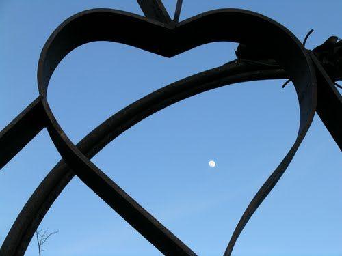 La Lluna en el cor de Pardines...  http://www.astropardines.cat  http://www.astropardines.cat/astropardines/per-que-pardines/el-poble-de-pardines-i-el-seu-entorn/