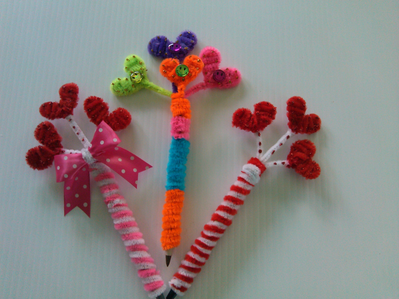 Plumas adornadas con corazones limpia pipas pens with - Plumas para decorar ...