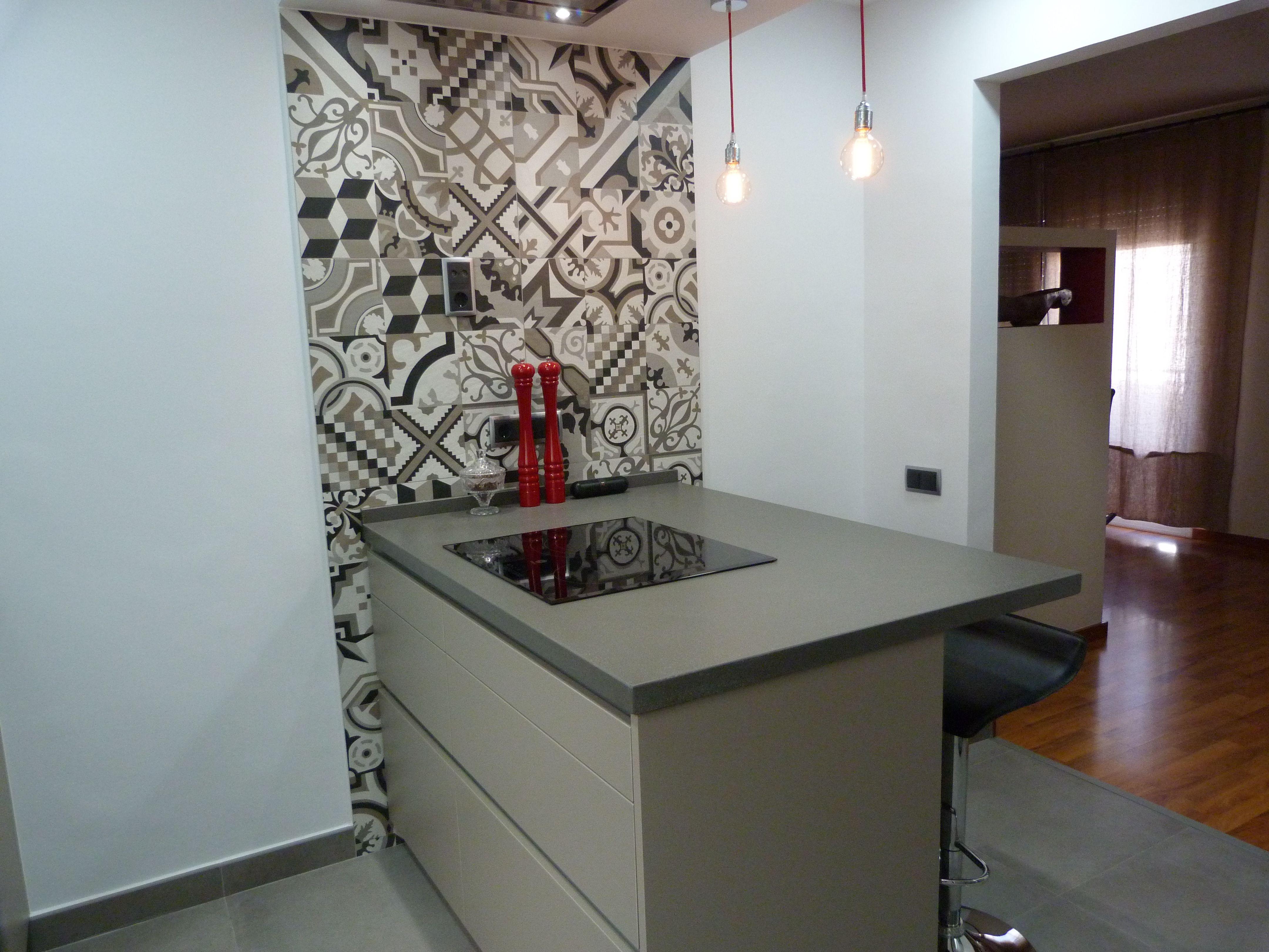 Reforma cocina con Mobiliario Santos modelo Line, gris arena ...