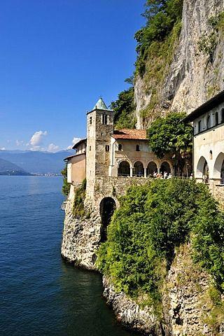 Monasterio y la iglesia de peregrinación de Santa Caterina del Sasso, Lago Mayor Lago, Lombardía, Varese, Italia, Europa
