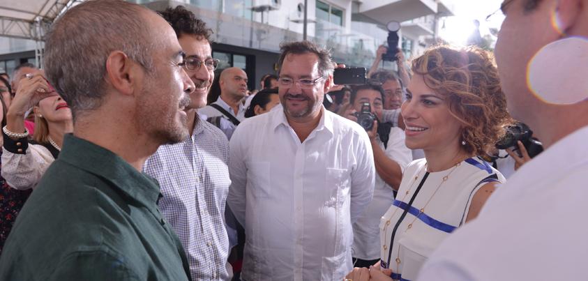 Javier Duarte reconoció el trabajo y la labor del artista durante la presentación de su obra.