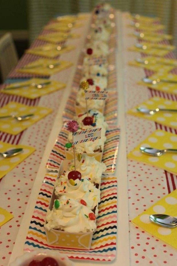 Na mesa dos pequenos, cupcakes fazem as vezes de centro de mesa e imitam banana split